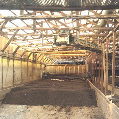 ロータリー装置付き堆肥場。支柱は全て木製。H鉄鋼なんて、大量のアンモニア発生する環境ではもたないよ。