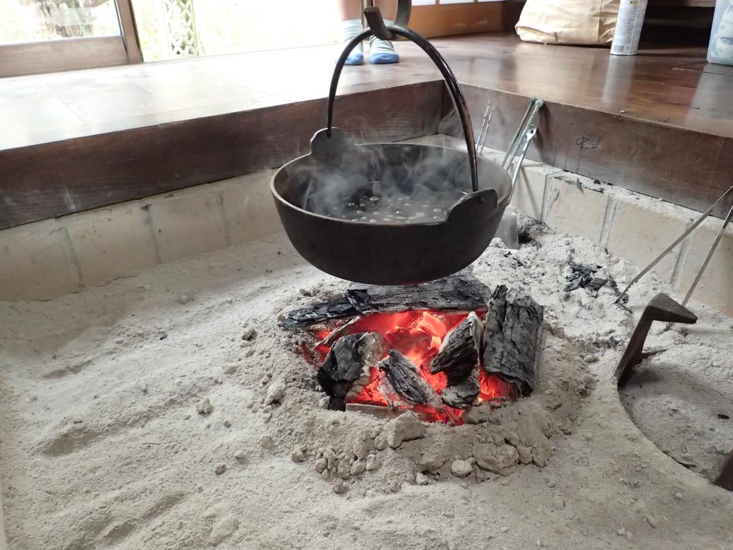 なめこ汁は囲炉裏にかけて。