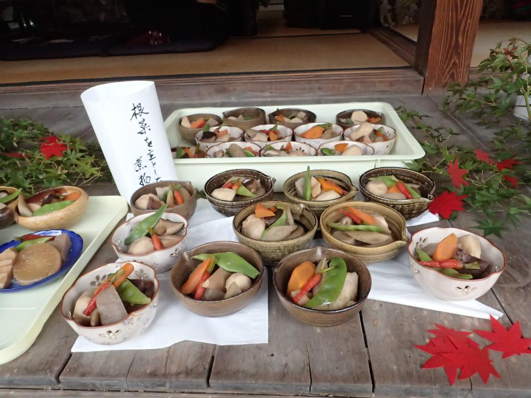 (小芋、ミニニンジン(金時の間引き?)、エンドウ、西洋ニンジン、筍、ゴボウ、椎茸、サトイモ)